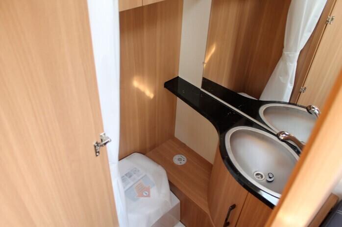 Wohnwagen Etagenbett Seitensitzgruppe : Lmc 490k wohnwagen für 4 mit etagenbett 10946971 campanda.de